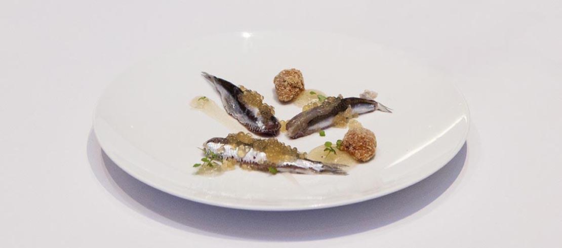 Alici di Cetara affumicate, caviale di colatura, gelèe alla Birra Moretti e meringa di pane croccante