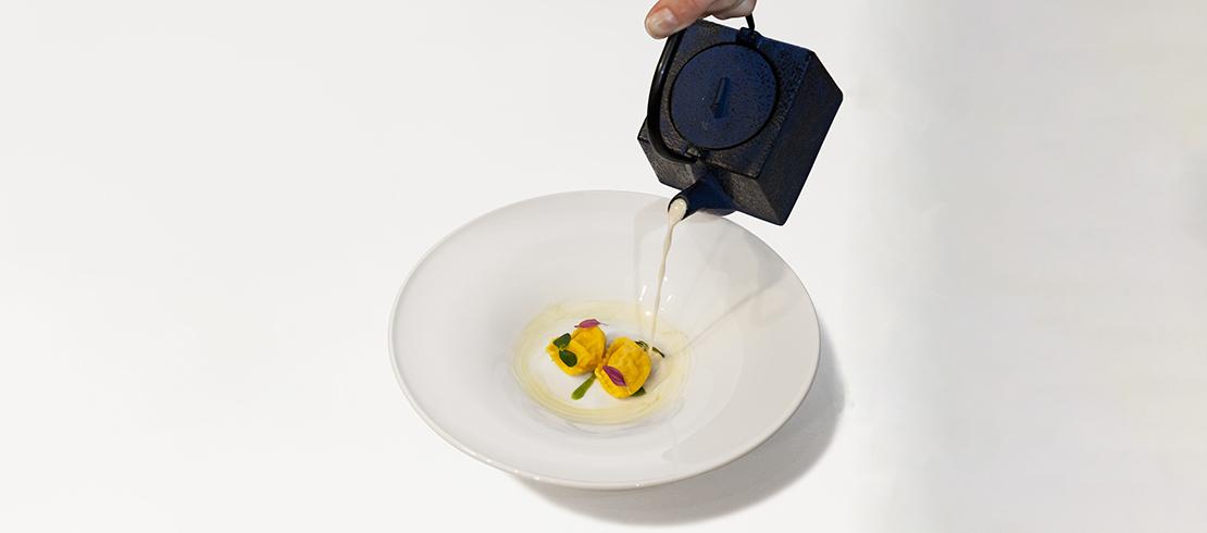Baffo d'Oriente: agnolotti ripieni di salmone e granchio su purea di coriandolo e mirin con una salsa alla Birra Moretti Baffo d'Oro e zenzero