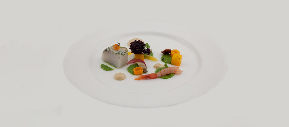 Bosco di mare: trancio di baccalà, scrocchetta di scampi e riso Venere, rosso di gambero, verdurine a più cotture, liquirizia e salsa bernese alla Birra Moretti La Rossa