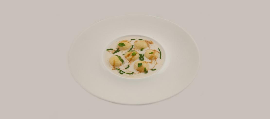 Esplosione di Birra Moretti con salsa al Parmigiano, crema di basilico e jus di manzo