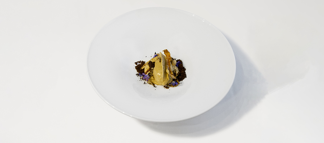 La Rossa in autunno – Spuma d'aglio nero, gelato di birra Moretti, terra di cioccolato e bucce di tuberi