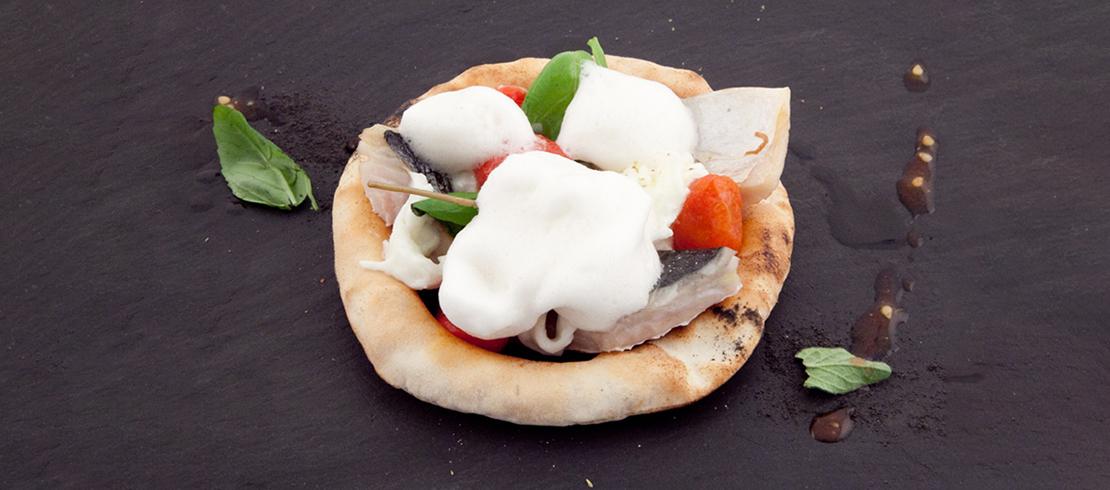 Oro incenso e… Birra – Finta pizza alla marinara, sgombro affumicato, stracciata di mozzarella di bufala e pomodorini arrosto