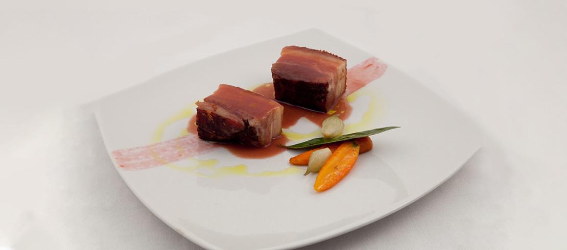 Pancetta di maiale brado affumicata alla birra con salsa di prugne e carotine glassate