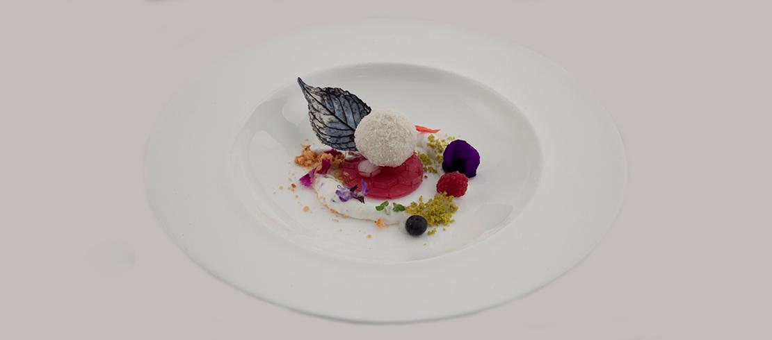 Purple rain, storia d'amore: cremoso amaro alla Birra Moretti Zero e vaniglia su gelatina di mirtilli, nettare alla mandorla, Chantilly alla lavanda e mentolo, fiori, cocco e pistacchio