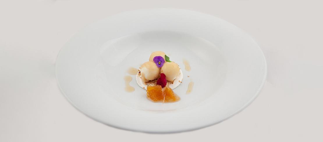 Sfere di semifreddo al cioccolato bianco avvolte alla gelatina di Birra Moretti La Rossa su marmellata di arance allo zenzero, limone e luppolo