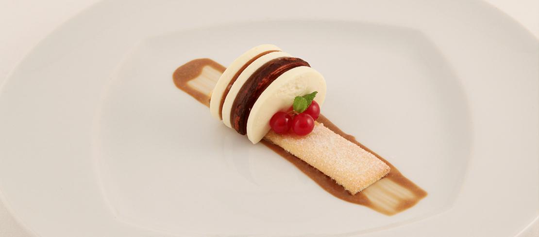 Tiramisù: bavarese al mascarpone, biscotto savoiardo, crema inglese al caffè, gelatina alla Birra Moretti La rossa